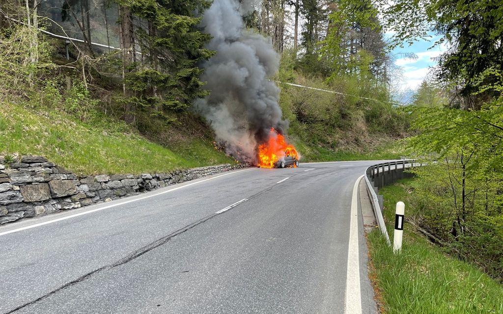Auto prende fuoco, principio d'incendio nel bosco