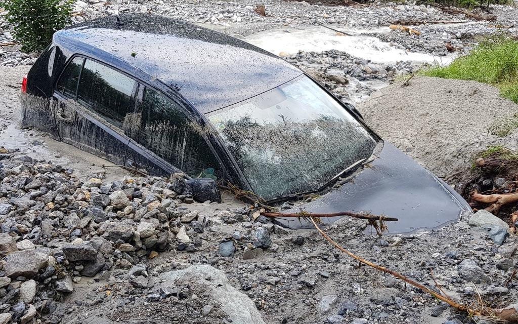 Colata di detriti si abbatte su auto a Valchava