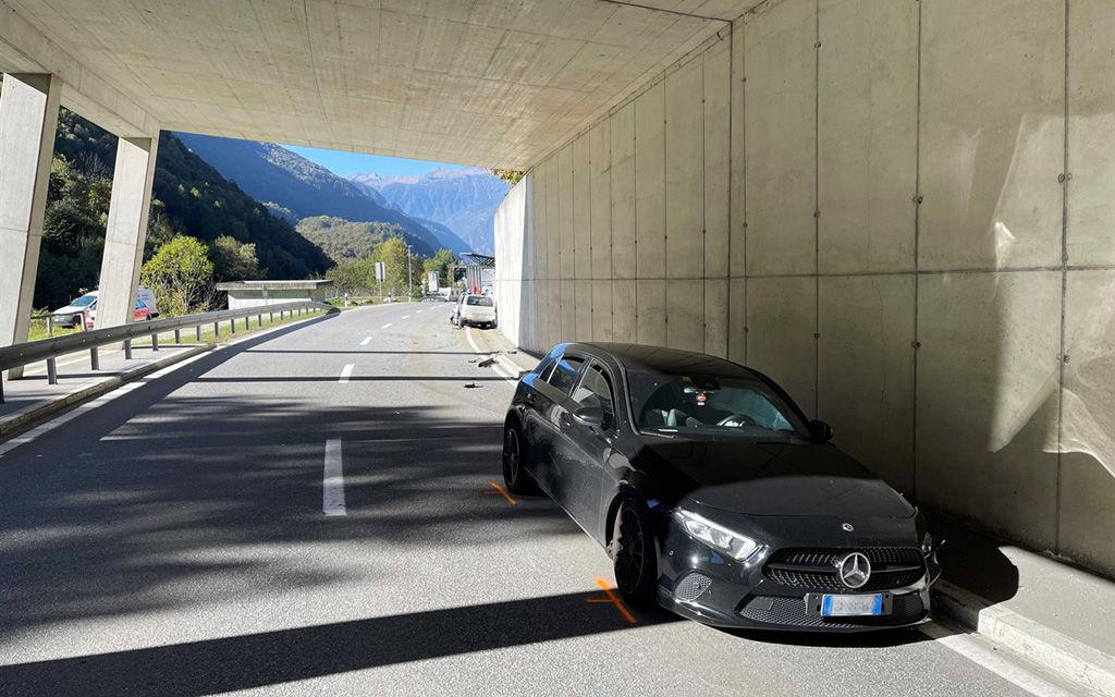Bregaglia: scontro fra due auto in galleria