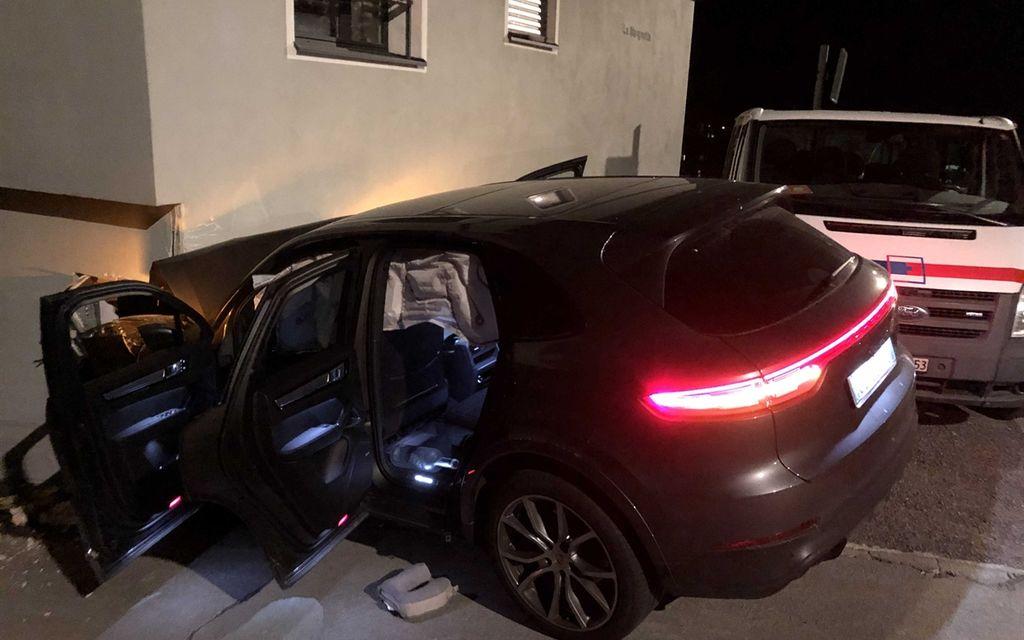 Sottrae auto al padre, 16enne esce di strada