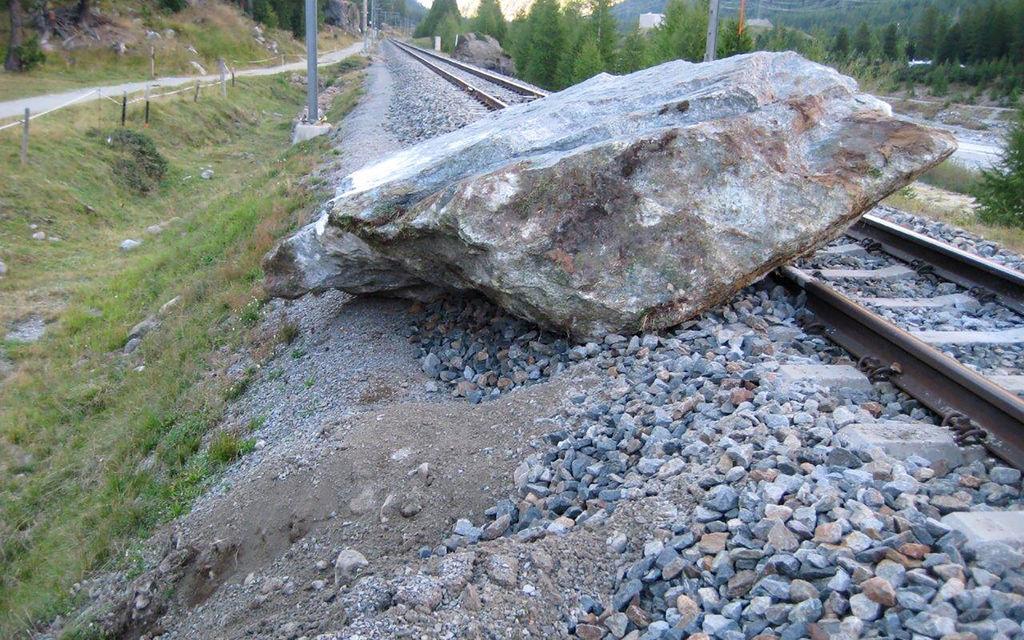 Linea del Bernina interrotta per caduta sassi