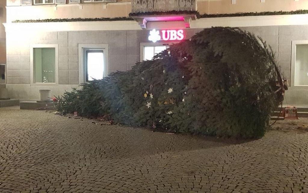 Poschiavo: cade l'albero di Natale in piazza