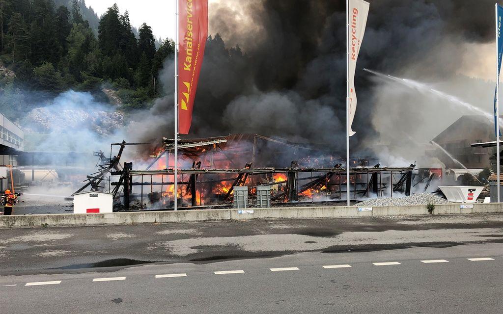 Magazzino completamente distrutto dalle fiamme