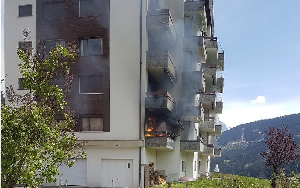 Un balcone prende fuoco in condominio a Sedrun