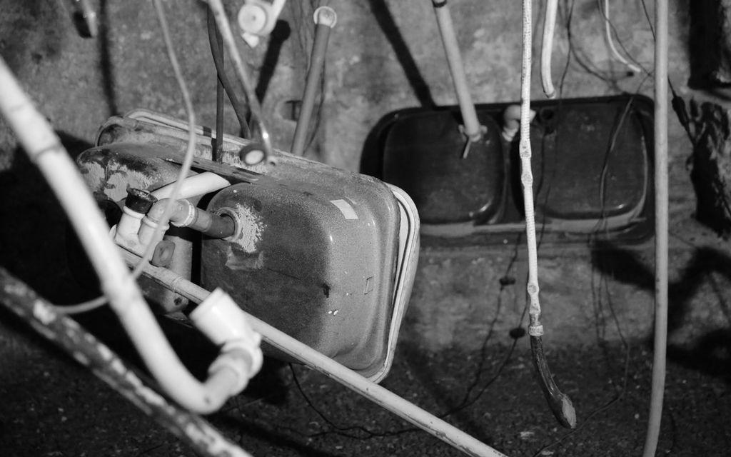 Installazione sonora con vecchi lavelli