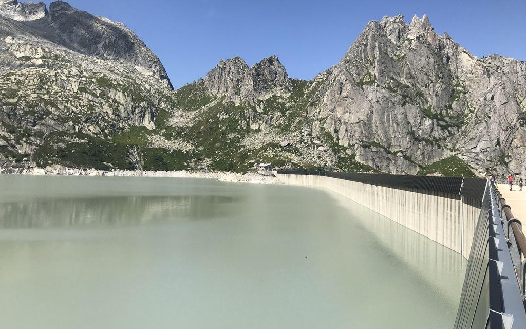 1280 pannelli solari sul muro della diga